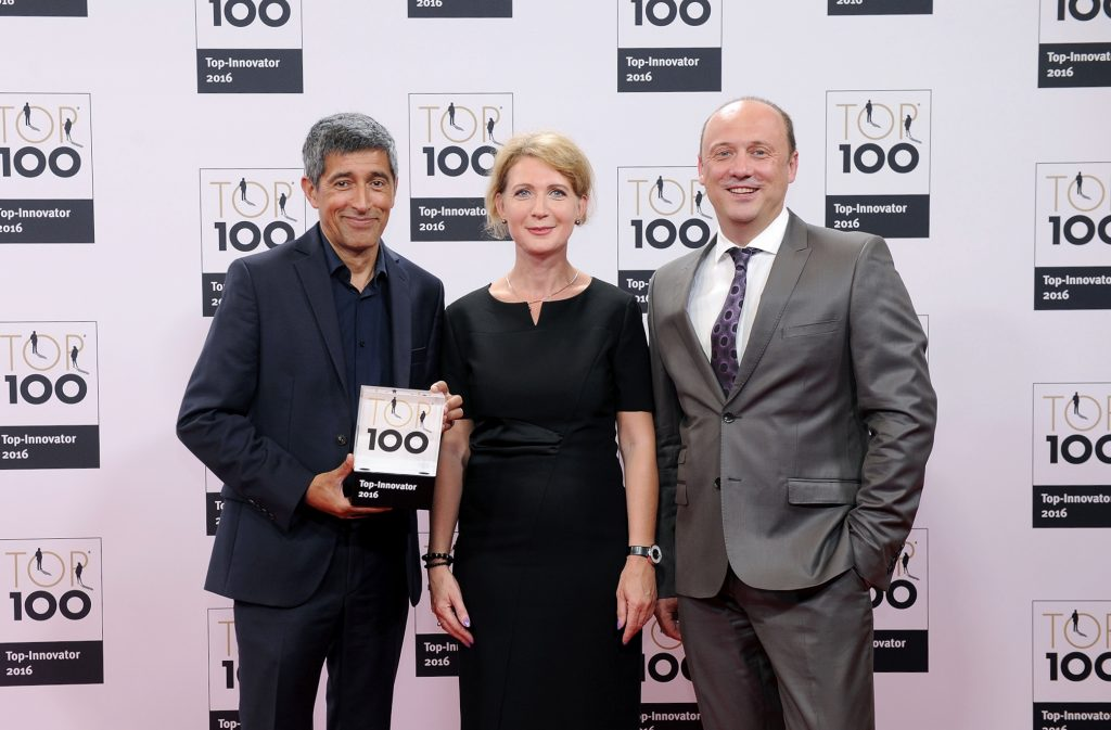 Foto: Ranga Yogeshwar ehrt Artur Römmich als TOP 100 Innovator (Bild: compamedia)