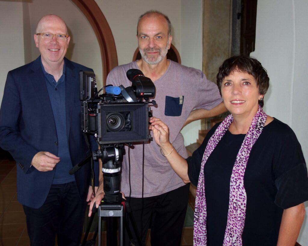 Dreharbeiten im Marburger Schloss mit Professor Margot Käßmann, Kameramann Andreas Lehmann und Regisseur Rainer Wälde.
