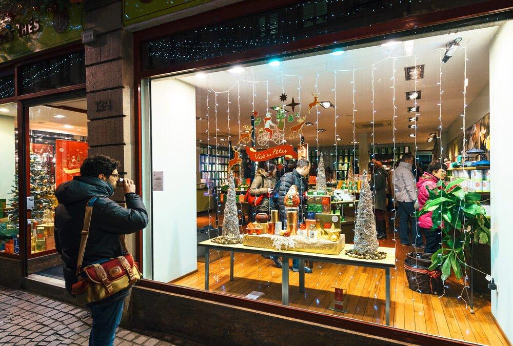 Ein Schaufenster an den digitalen Einkaufsstraßen